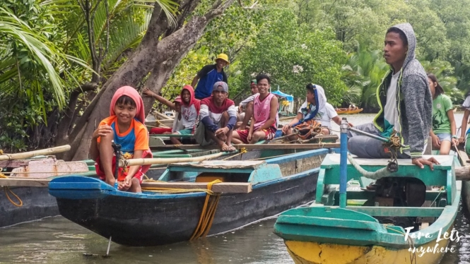 Locals on boats in the Siay wetlands
