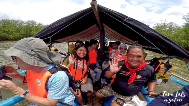 Group shot in boat to Kabug Island