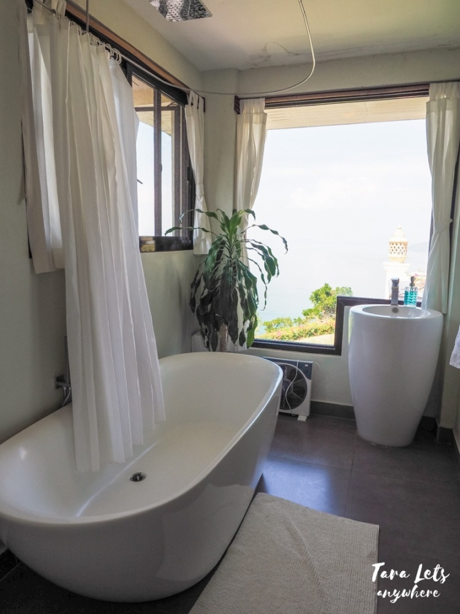 Bathtub with a view in Ataalaya Farmhouse