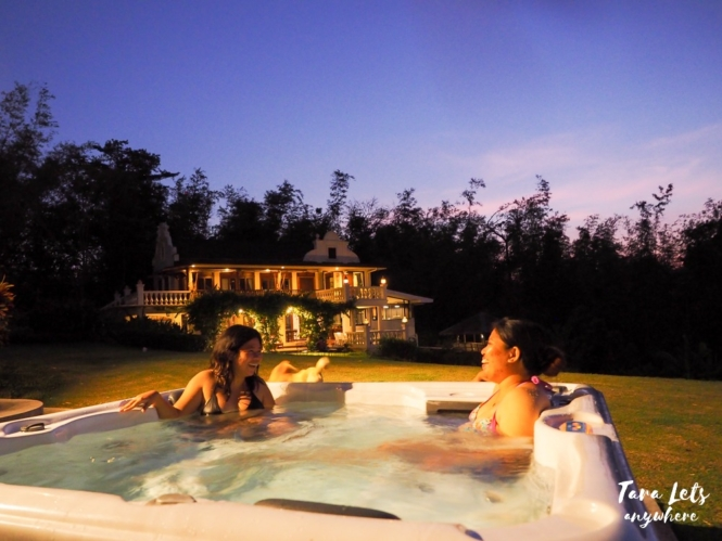 Ataalaya Farmhouse - outdoor jacuzzi at night
