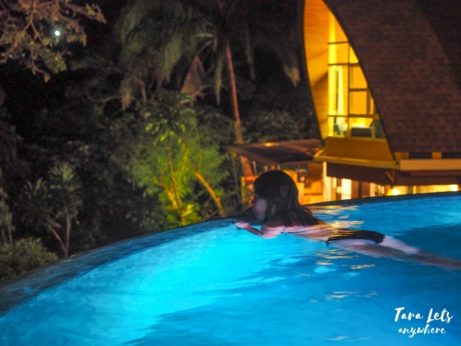 Labuyo Villas - swimming pool at night