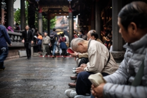 People praying in Lungshan Temple in Taipei City